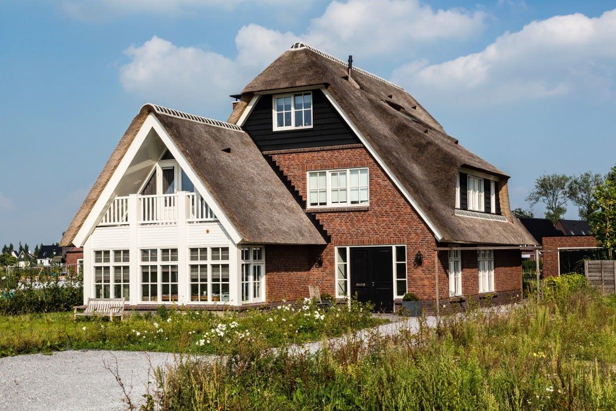 6. Rietgedekte villa bouwen, grote erker