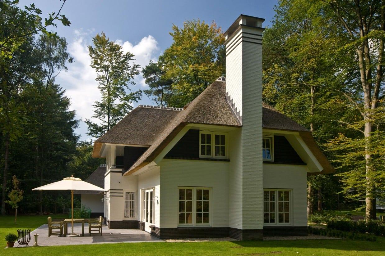 6. Rietgedekte villa bouwen, kopsgevel villa met de prachtige grote schoorsteen centraal gelegen