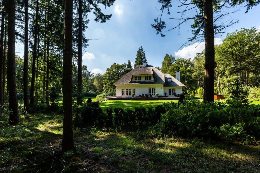 6. Rietgedekte villa bouwen, landhuis gelegen in bosgebied