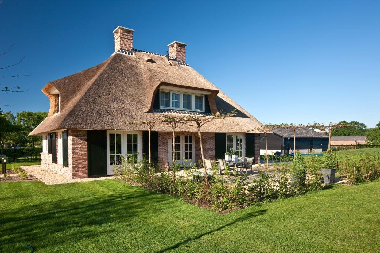 6. Rietgedekte villa bouwen, landhuis met strak tuin ontwerp te Scherpenzeel
