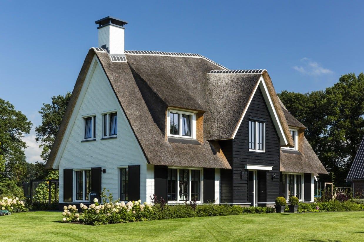 6. Rietgedekte villa bouwen, landhuis wit gekeimd linkerzijde
