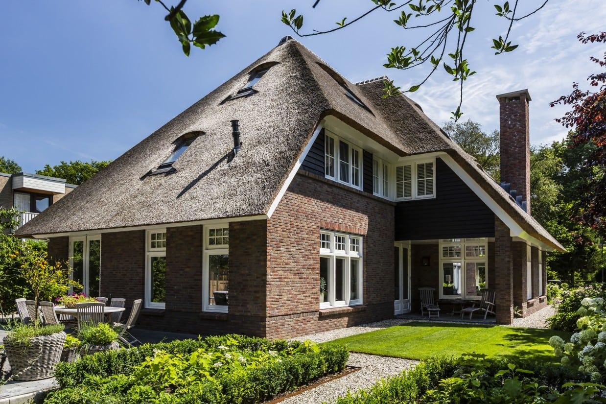 6. Rietgedekte villa bouwen, villa met dakraam in het rietgelegd