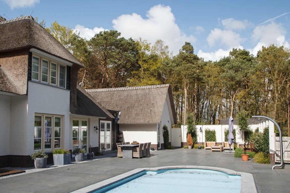 6. Rietgedekte villa bouwen, villa te epe achtertuin zwembad