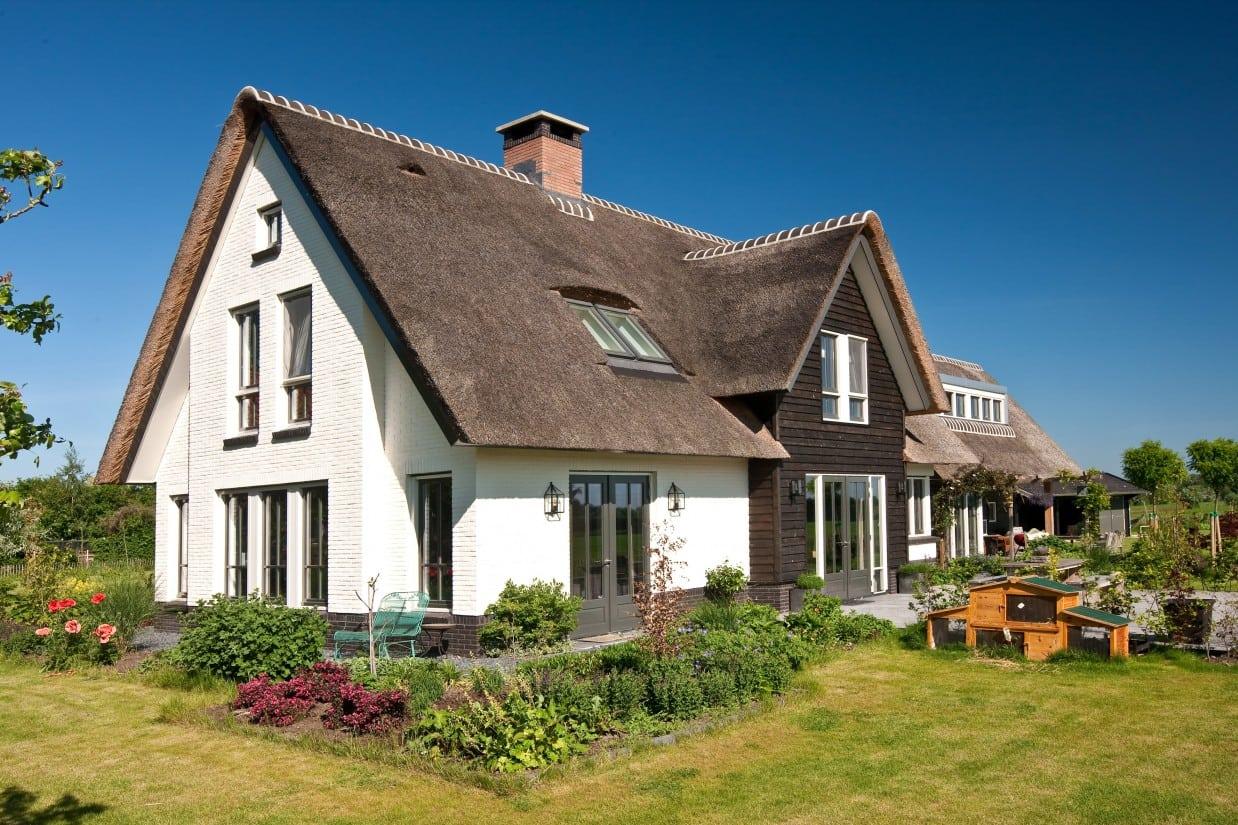 6. Rietgedekte villa bouwen, villabouw, terrasdeuren in prachtig landschap te Soest