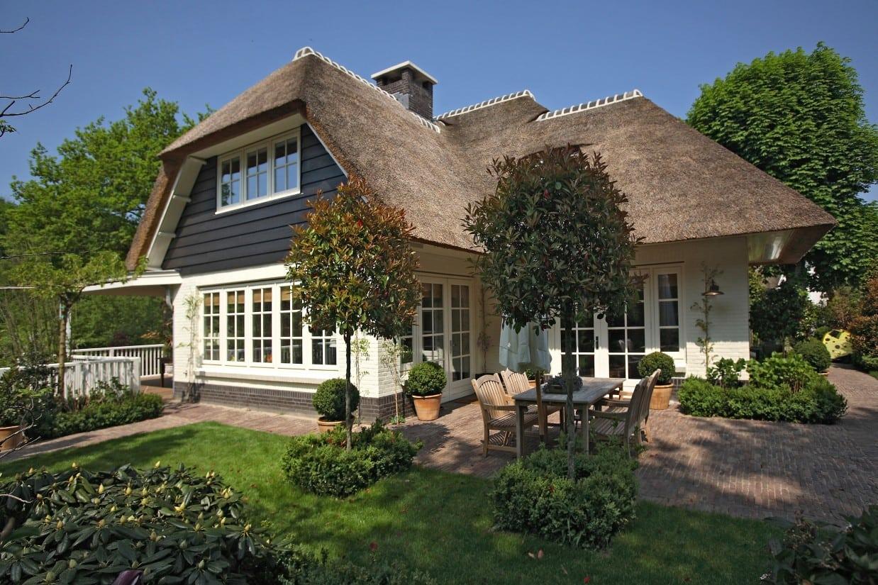 6. Rietgedekte villa bouwen, villabouw, wit gekeimd, douglas delen, rietendak meegenomen in het ontwerp