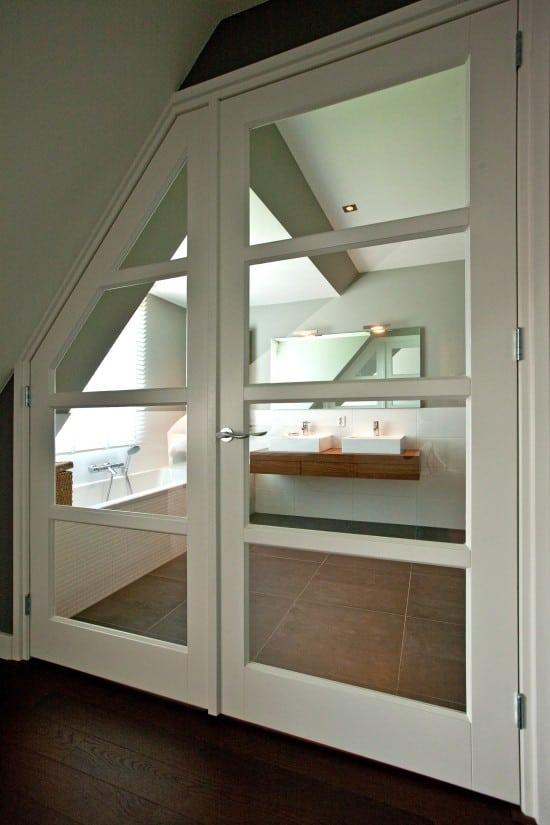 7. Rietgedekte villa bouwen, binnendeur met glas