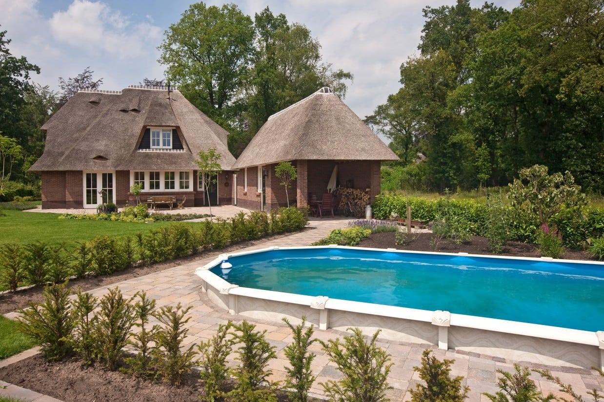 7. Rietgedekte villa bouwen, buiten zwembad