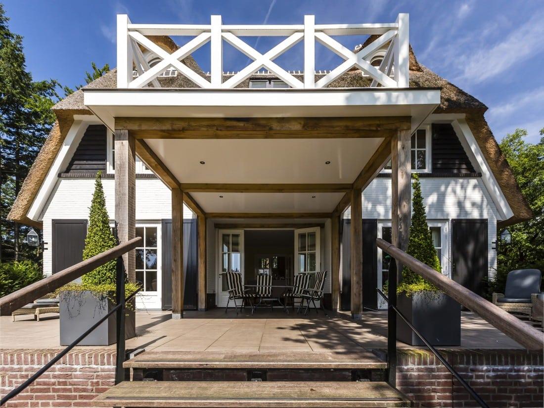 7. Rietgedekte villa bouwen, dakterras met eiken palen in Vierhouten