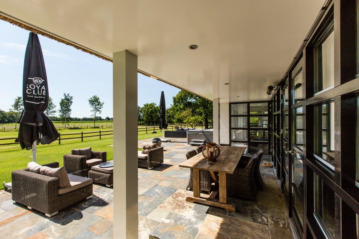 7. Rietgedekte villa bouwen, deels overkapt terras