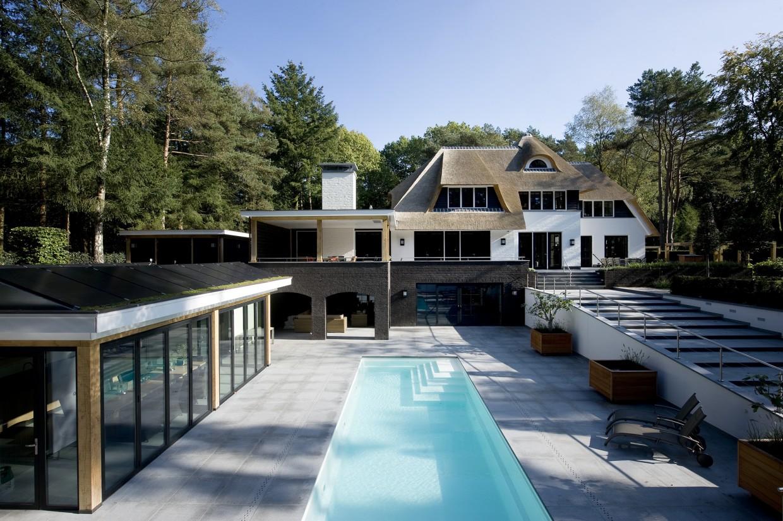 7. Rietgedekte villa bouwen, groot zwembad villa Veluwe