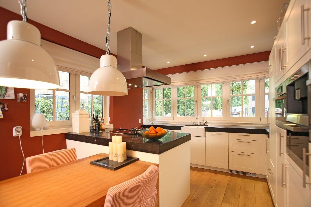 7. Rietgedekte villa bouwen, moderne keuken met veel daglicht in de rietgedekte villa