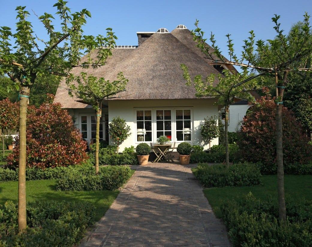 7. Rietgedekte villa bouwen, mooi tuin ontwerp dat past bij de schtitterende villa te Huizen