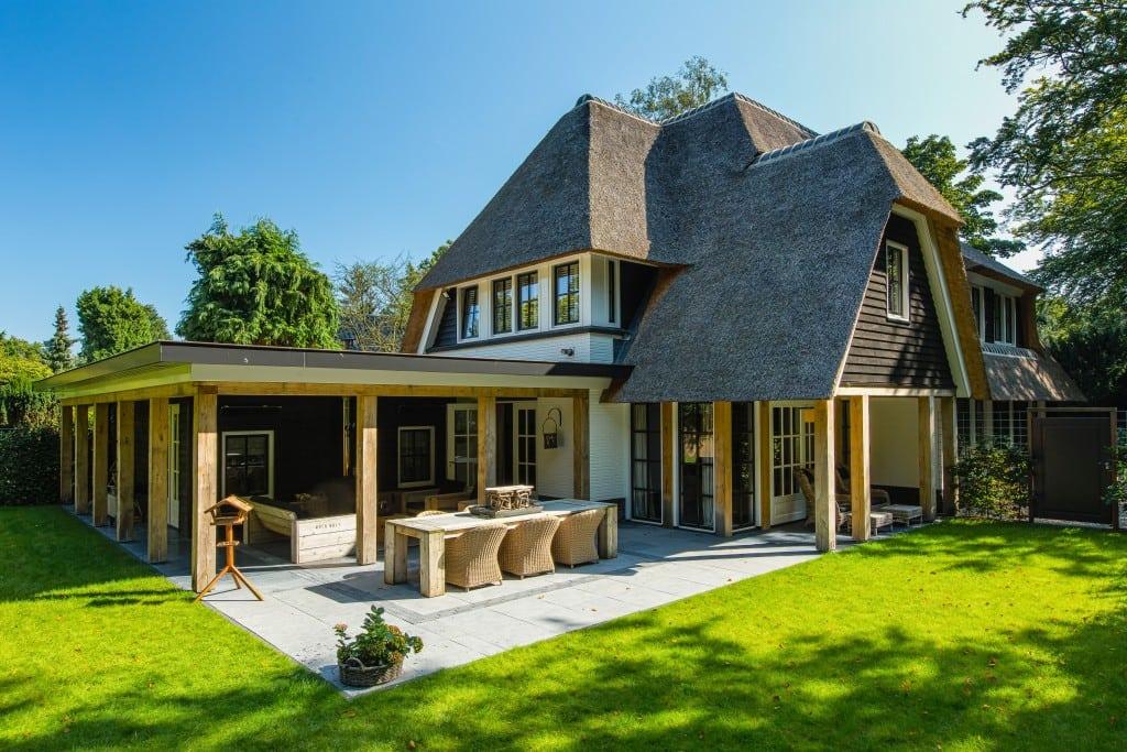 7. Rietgedekte villa bouwen, overkapping door uitbouw