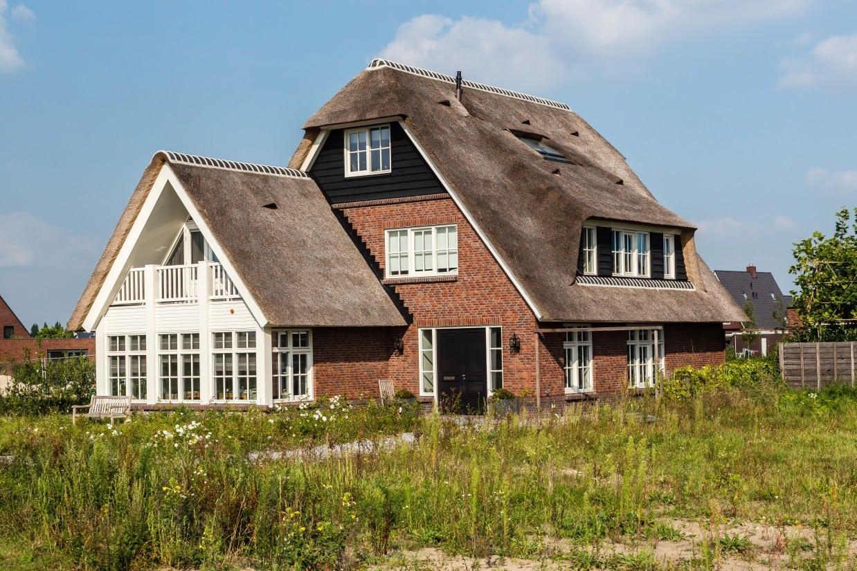 7. Rietgedekte villa bouwen, rietgedekt dakkapel