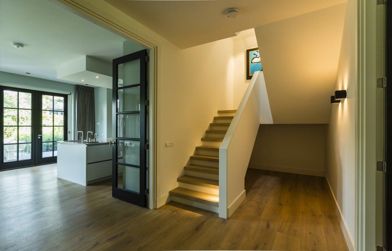 7. Rietgedekte villa bouwen, trapopgang villa bouwen