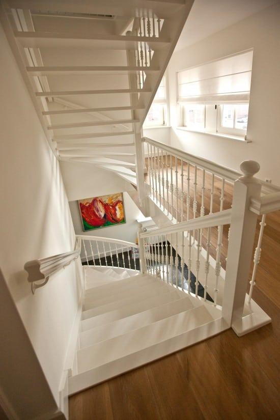 7. Rietgedekte villa bouwen, wit uitgevoerde houten trap met onderkwart