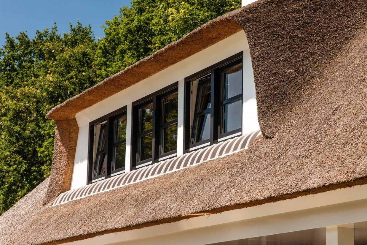 8. Rietgedekte villa bouwen, dakkapel