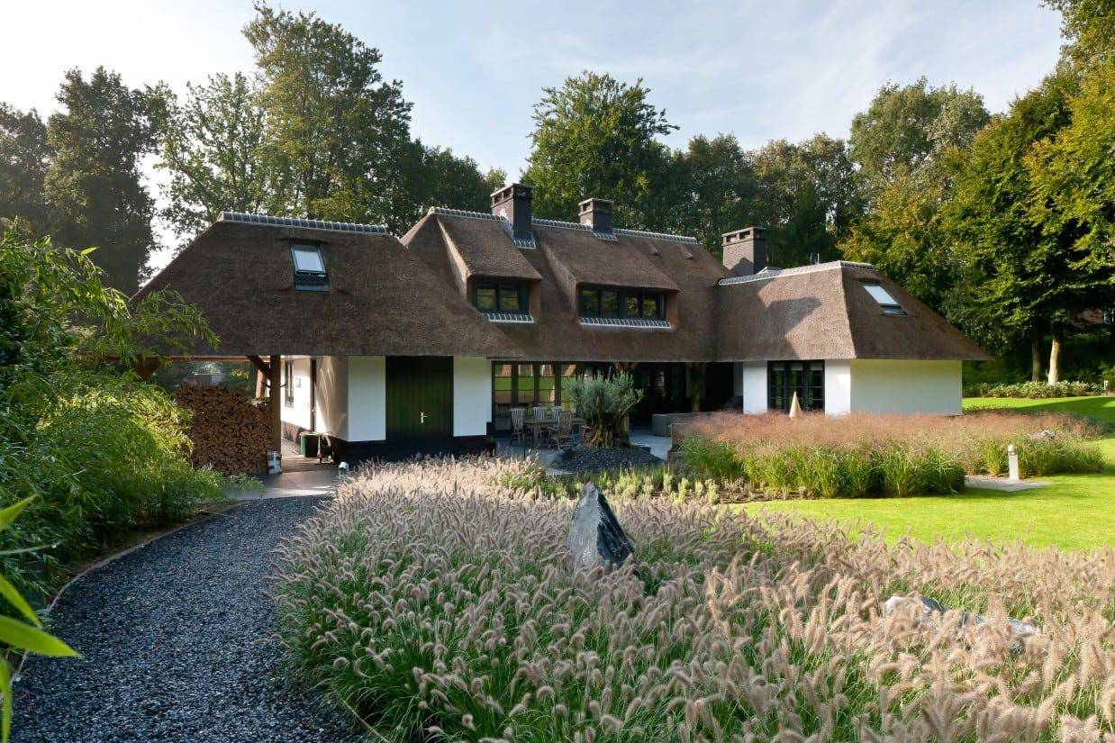 8. Rietgedekte villa bouwen, grindpad in de achtertuin van een enorm grote villa