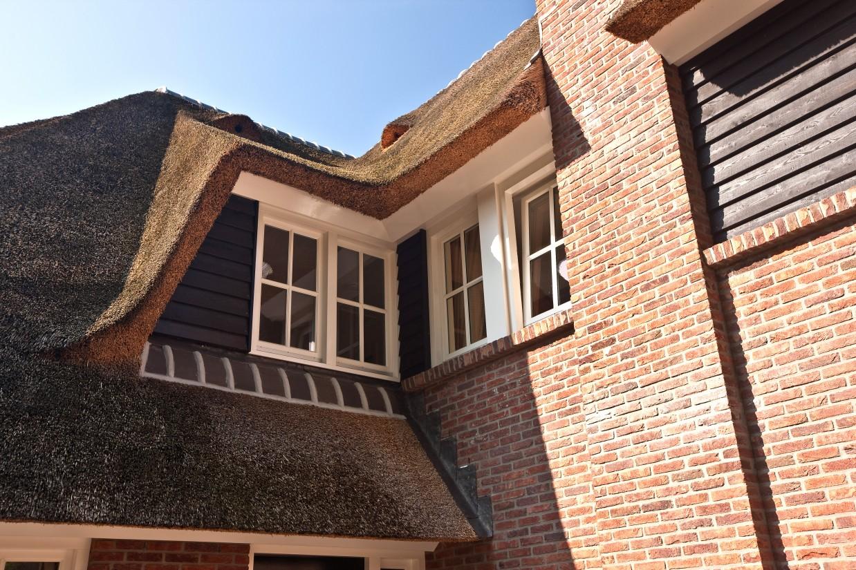 8. Rietgedekte villa bouwen, hoekaansluiting dakkapel