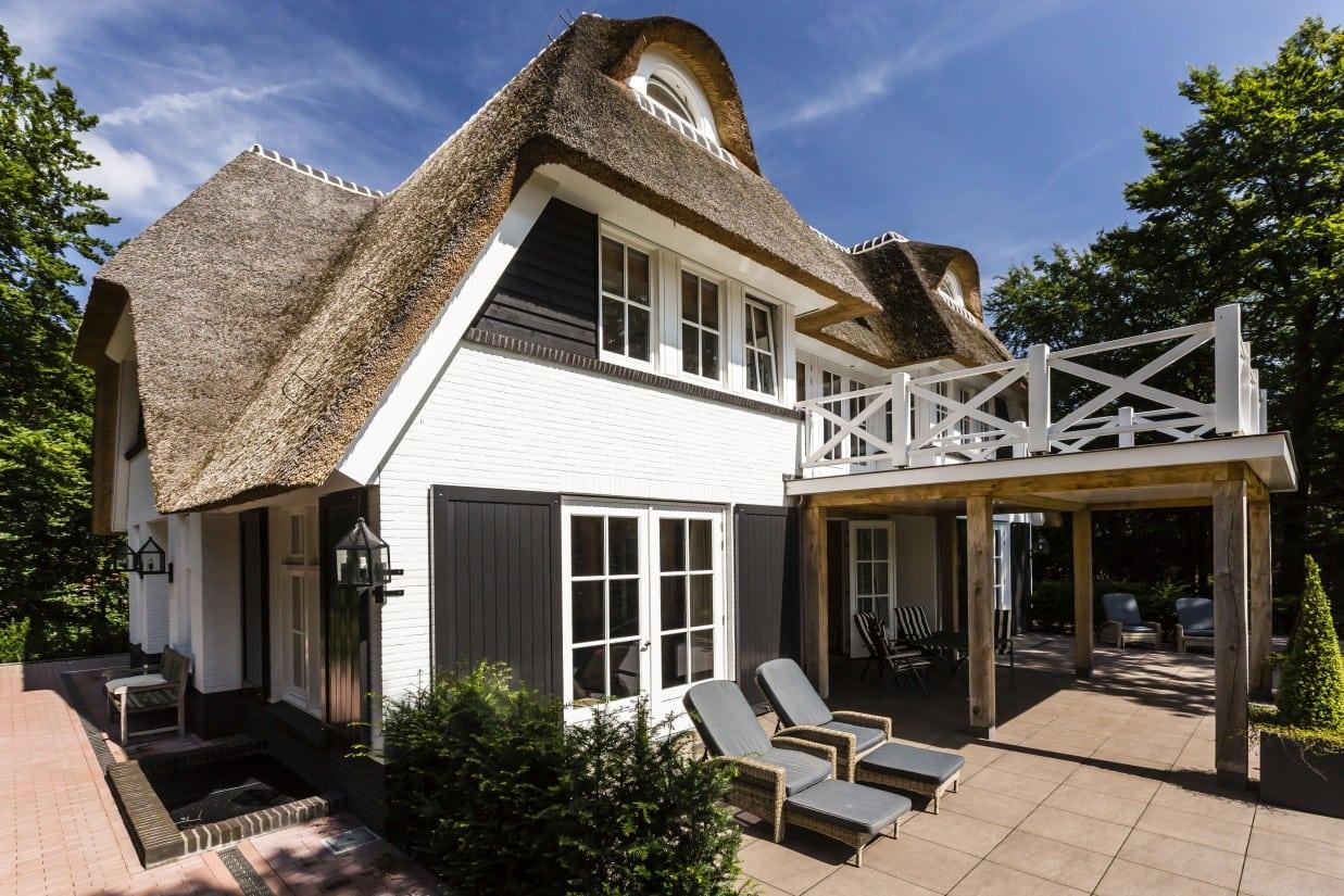 8. Rietgedekte villa bouwen, huis met luiken en keimwerk