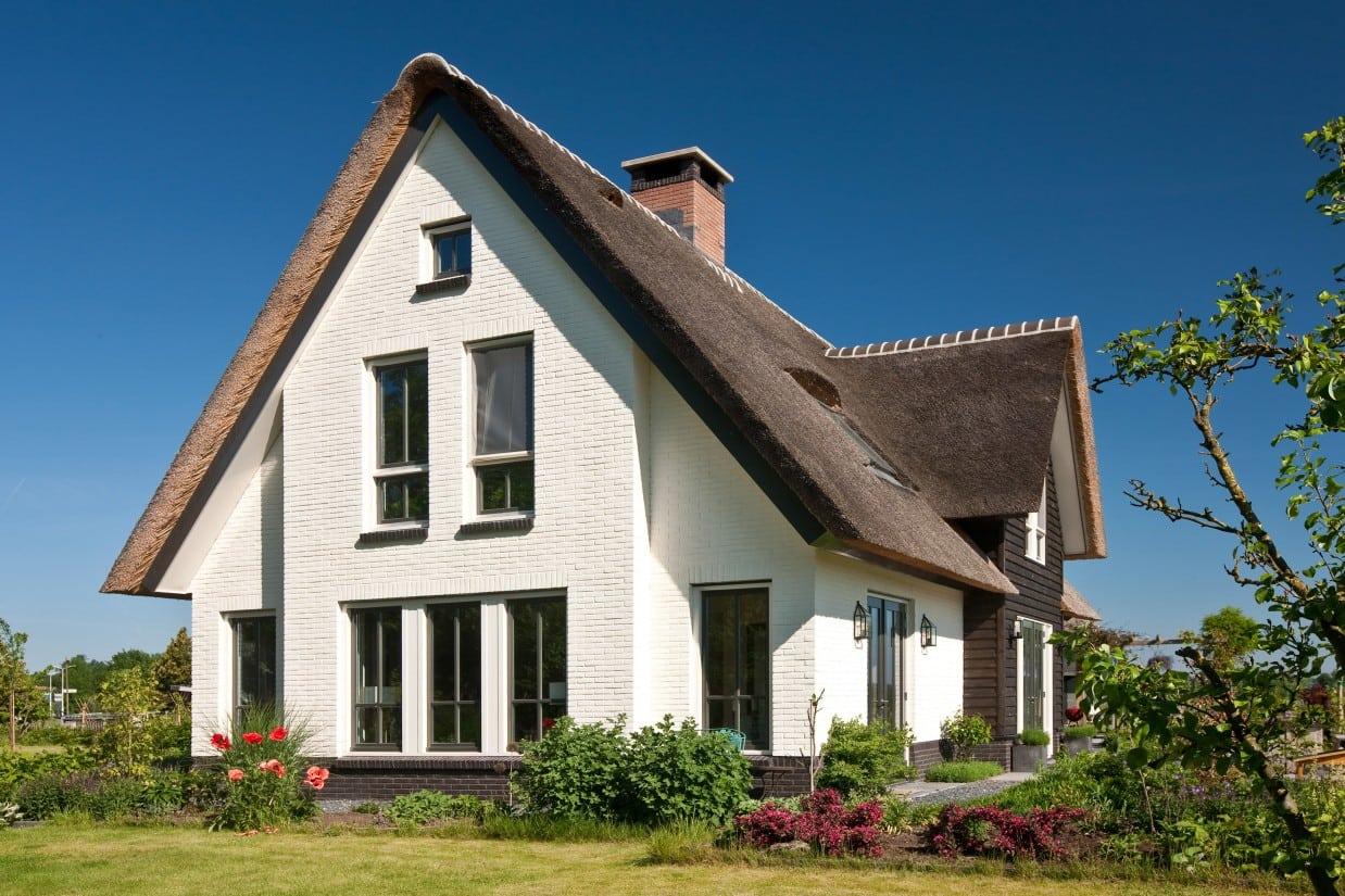 8. Rietgedekte villa bouwen, kopsegevel villabouw,stenen rollaag
