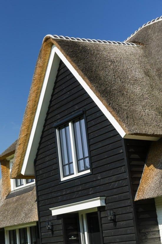 8. Rietgedekte villa bouwen, landhuis gepotdekselde gevel