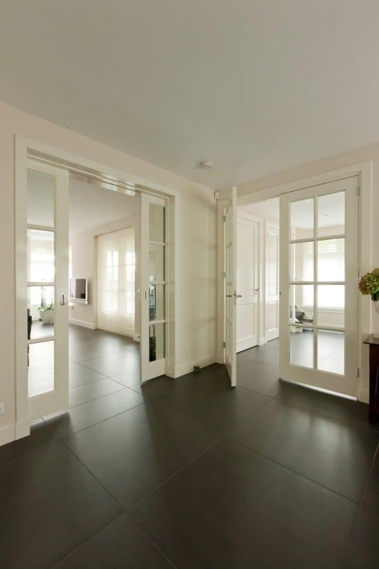 8. Rietgedekte villa bouwen, natuursteen tegels 900x900