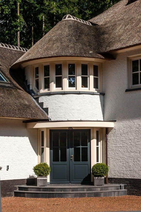 8. Rietgedekte villa bouwen, prachtige ronde accenten entree huis