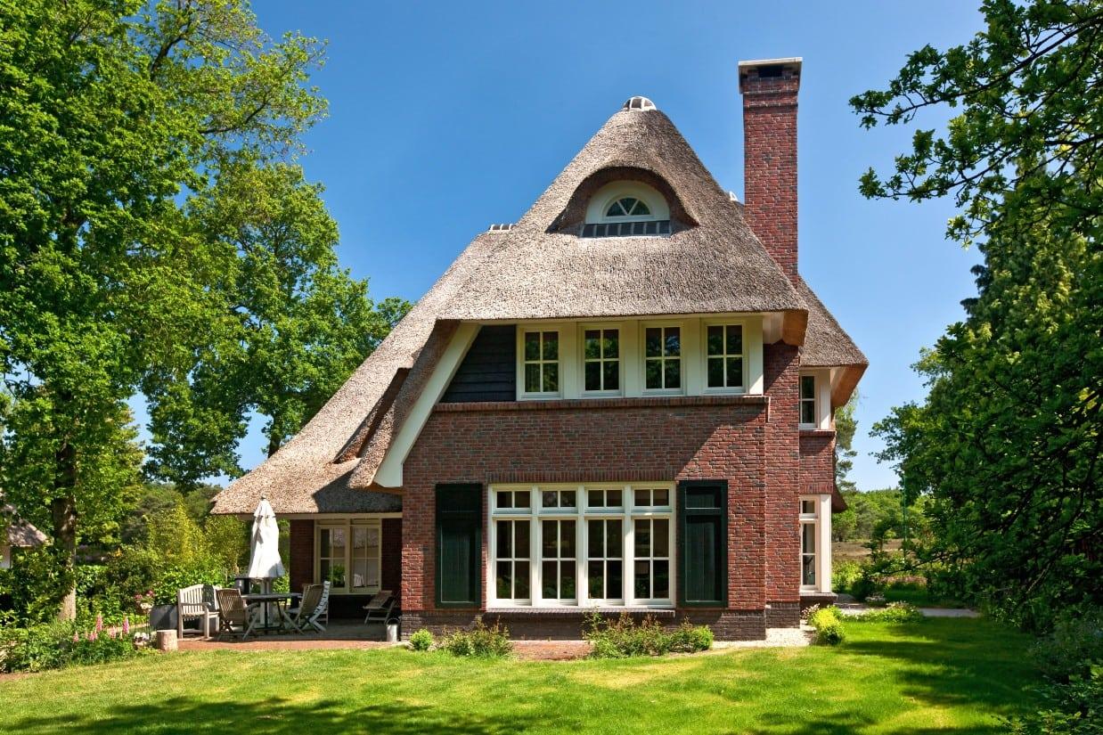 8. Rietgedekte villa bouwen, prachtige villa met rond dakkapel, stenen schoorsteen te Huizen