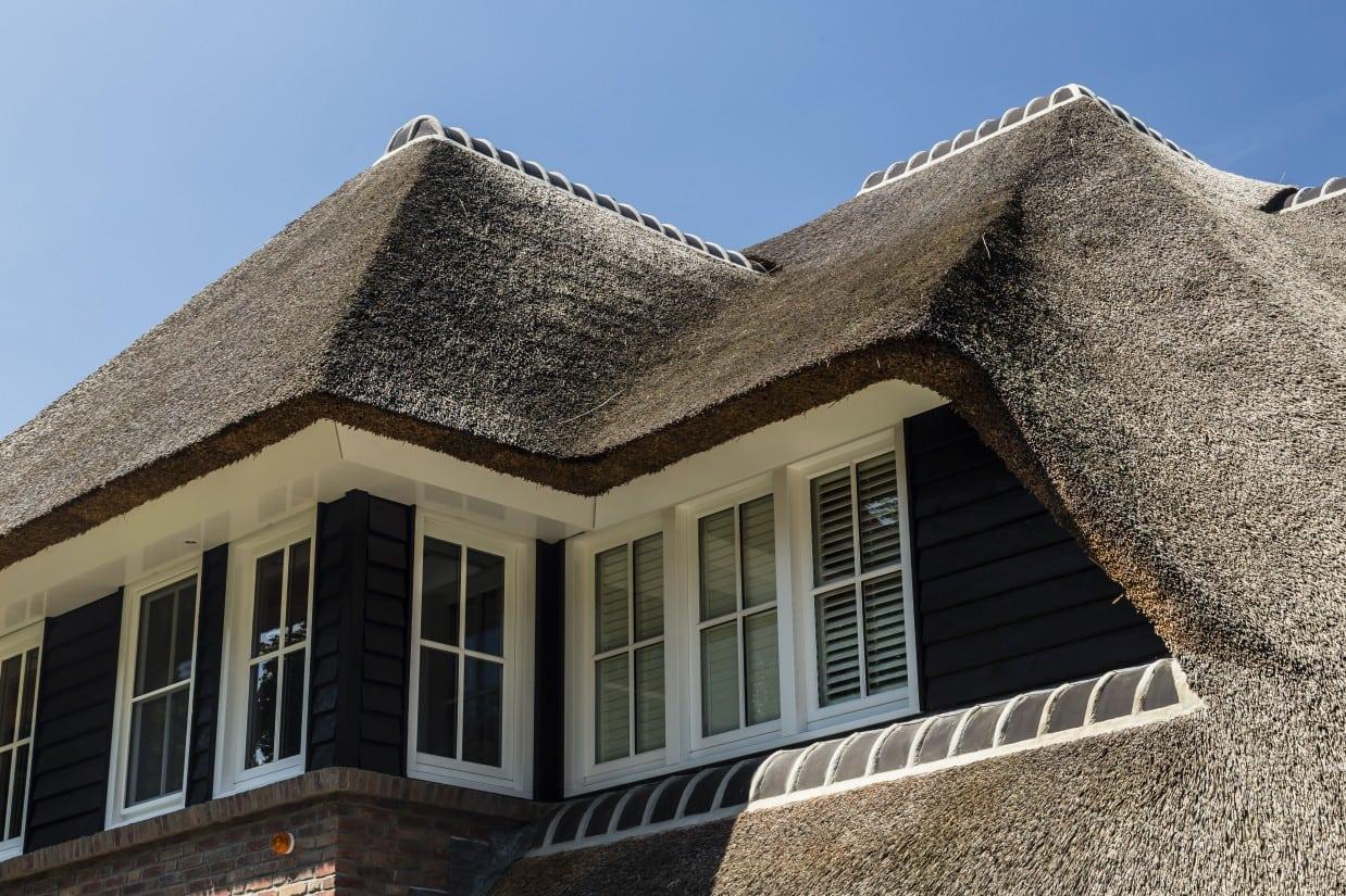 8. Rietgedekte villa bouwen, rieten dakkapel op villa