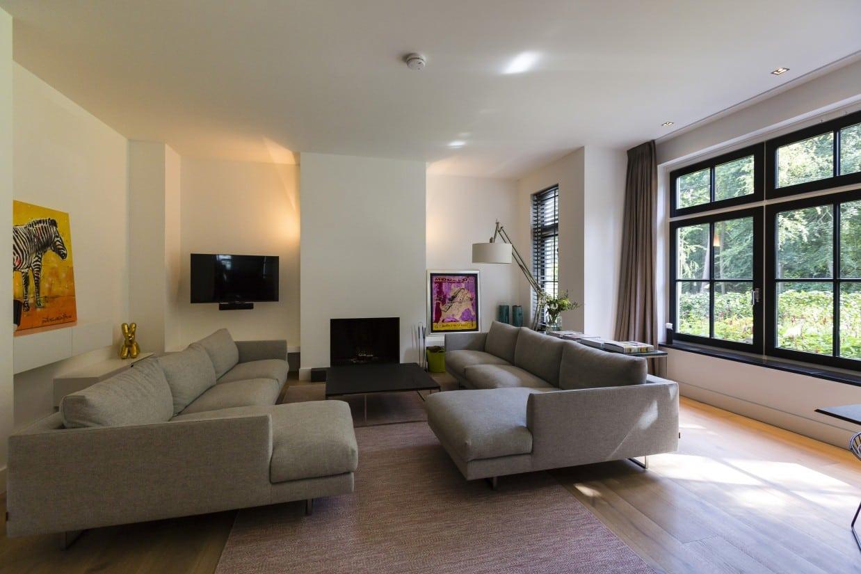 8. Rietgedekte villa bouwen, villa living met uitzicht op de achtertuin
