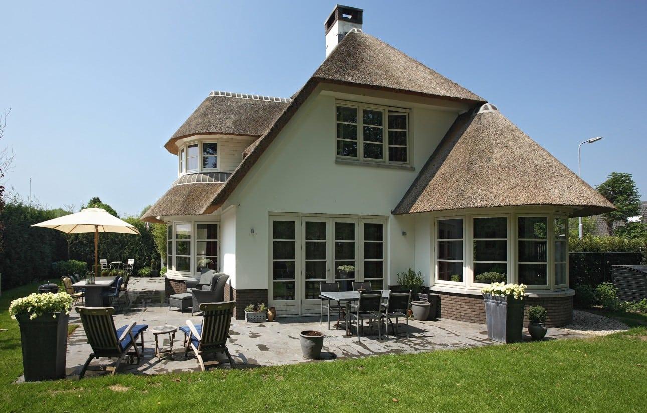 8. Rietgedekte villa bouwen, villabouw met groot terras van steen