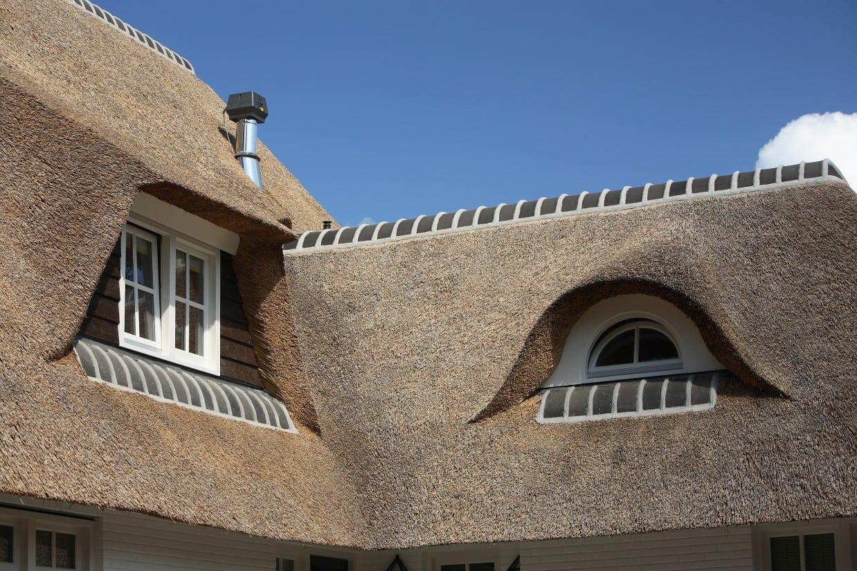 9. Rietgedekte villa bouwen, luxe rieten dakkapelen