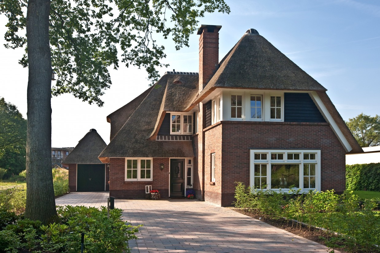 9. Rietgedekte villa bouwen, prachtige villa met rieten dak en een enorme schoorsteen te Ugchelen