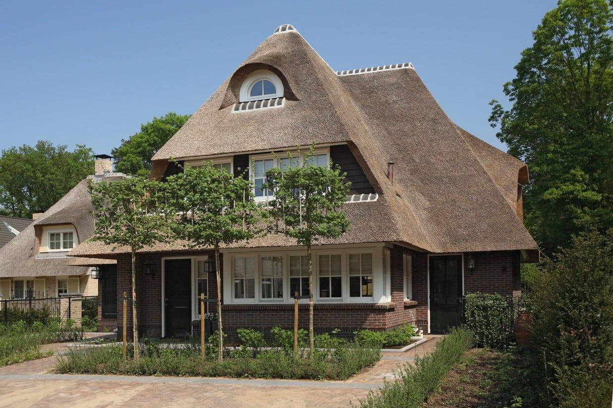 9. Rietgedekte villa bouwen, rietgedekte villa met metselwerk en houten delen, kortom een fraai ontwerp