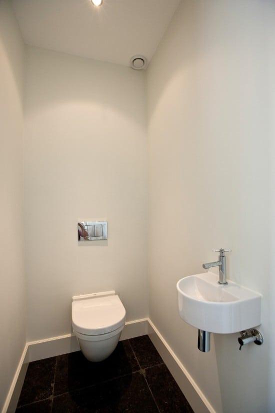 9. Rietgedekte villa bouwen, strakke en ruime toilet