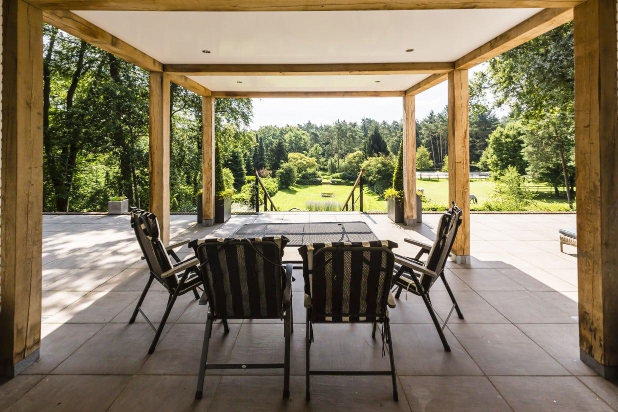 9. Rietgedekte villa bouwen, veranda met plafond