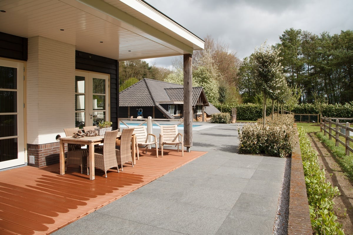 9. Rietgedekte villa bouwen, villa te epe veranda schuur